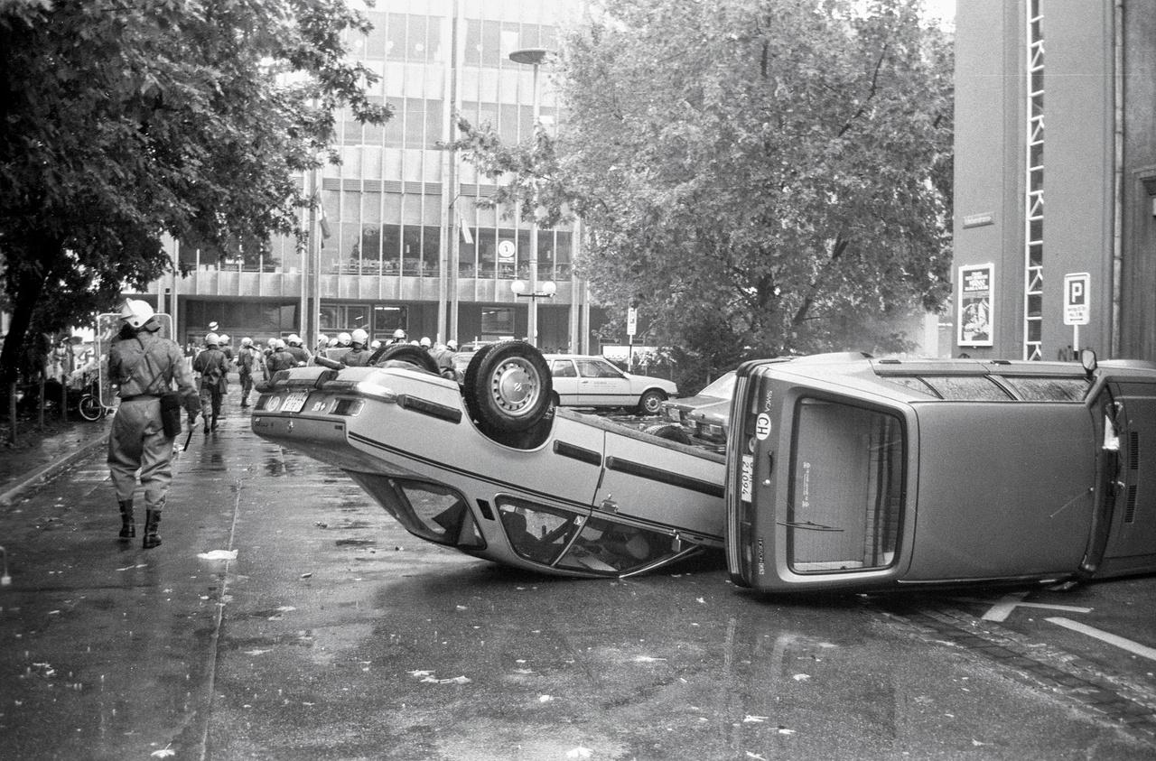 """A """"Nix Nuclex"""" kongresszus elleni tüntetésen komoly zavargások törtek ki. Basel, 1981."""