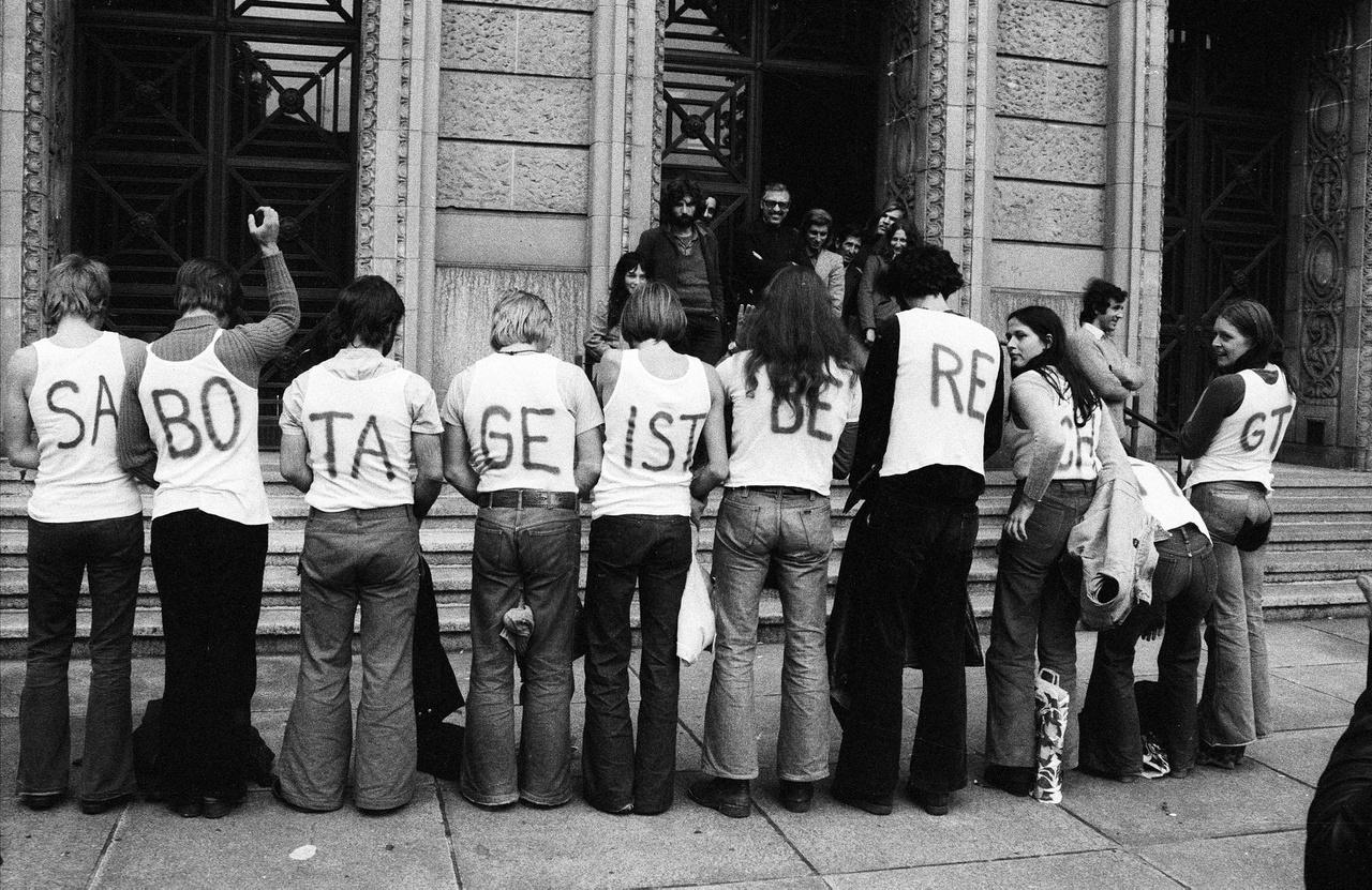 """A """"szabotázs jogos"""" feliratú akció a bíróság előtt, ahol egy társuk ellen folyik tárgyalás. 1975."""