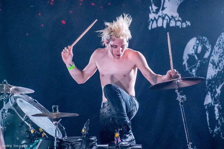 Ön ismeri a Combichrist nevű rockegyüttest? Kicsit baj, ha nem, mert Trevor Friedrich dobos ilyen vehemenciával játszik az együttesben.