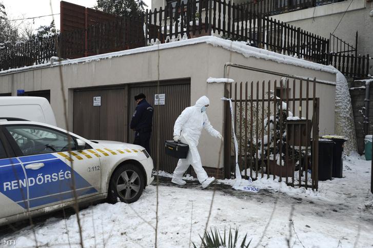 Helyszínelő érkezik 2018. december 21-én Csepelen egy családi házhoz, ahol megöltek egy 59 éves nőt.