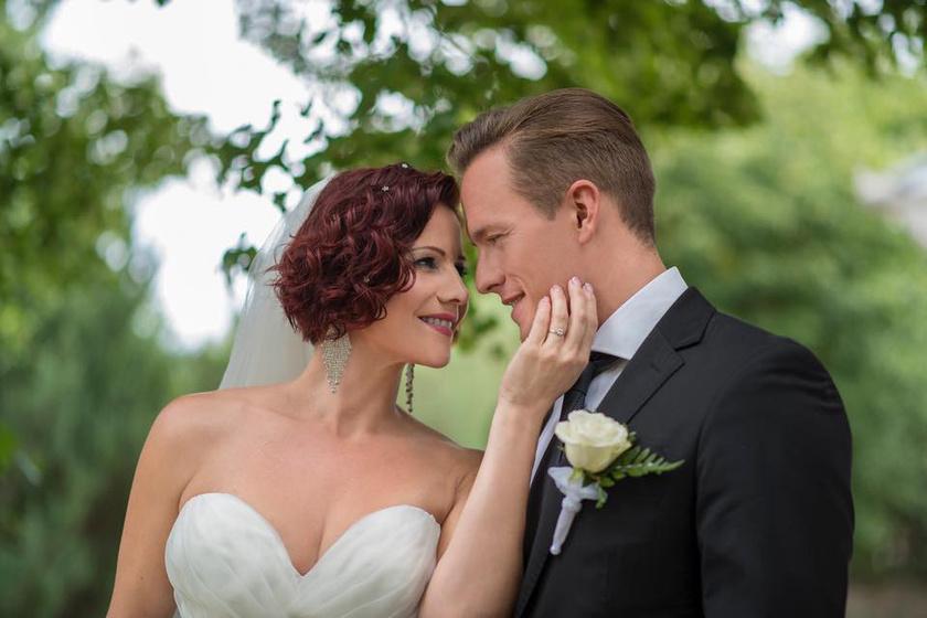 Polyák Lilla és Gömöri András Máté július közepén posztolták ki esküvői fotójukat. A két színész a nyilvánosság teljes kizárásával házasodott össze.
