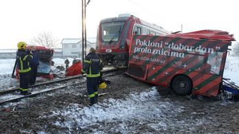 Kettévágta az érkező vonat a középiskolásokat szállító buszt Szerbiában