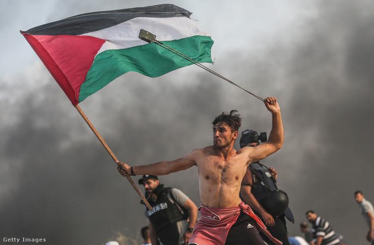 Az év egyik leghíresebb sajtófotója ez, egy palesztin fiatalember látható rajta, amint az izraeli kormány akciói ellen tiltakozik Gázában.