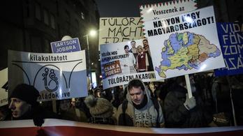 A Kossuth tértől a Sándor-palotáig vonultak az ellenzéki tüntetők