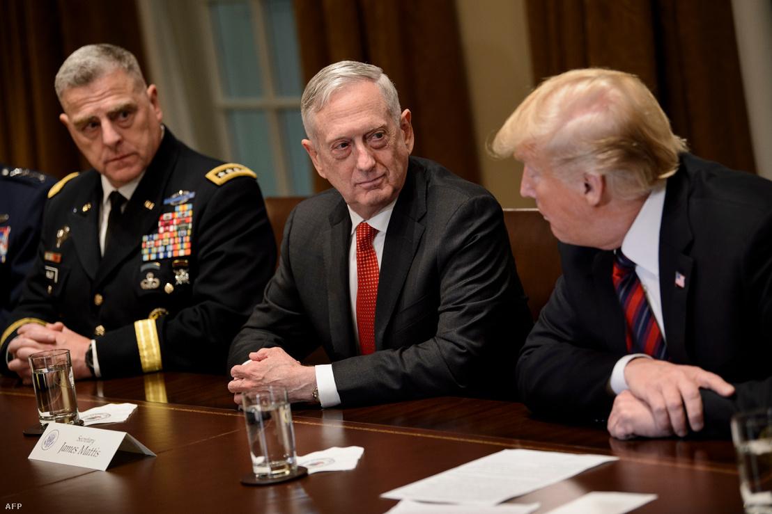 Az amerikai hadsereg vezérkari főnöke Mark A. Milley (balra), James Mattis (középen) és Donald Trump a Fehér Házban 2018. október 13-án