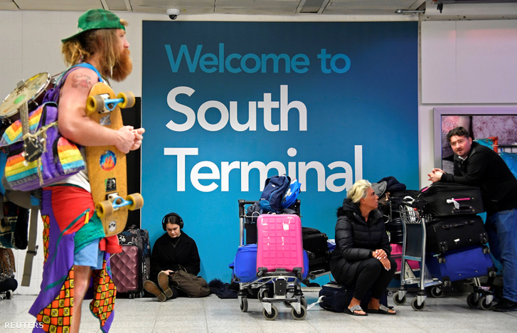 Utasok várakoznak Gatwick repülőtér déli termináljában, 2018. december 21-én