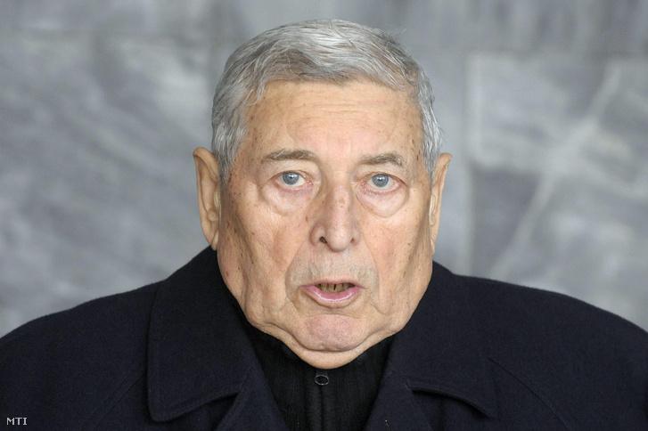 Lakatos Ernő, az MTI volt vezérigazgatója búcsúbeszédet mond a 98 éves korában elhunyt Barcs Sándor temetésén Budapesten, 2010. január 29-én