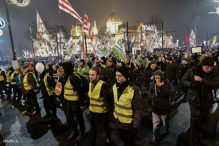 A tüntetők elindultak a Sándor palotához