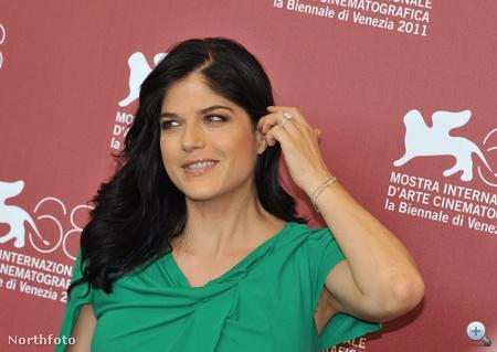 Selma Blair a haját igazgatja a fotófal előtt