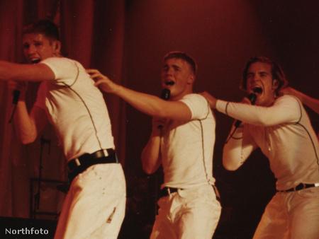 A Take That három tagja 1993-ban. Középen Gary Barlow, mögötte Robbie Williams