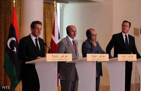 Nicolas Sarkozy francia elnök (b) beszél a David Cameron brit miniszterelnökkel (j) és Musztafa Abdel-Dzsalíl-lal, a líbiai felkelők Átmeneti Nemzeti Tanácsának elnökével (b2) és Mahmúd Dzsibril-lel, a líbiai Átmeneti Nemzeti Tanács miniszterelnökével (j2) tartott közös sajtóértekezletén