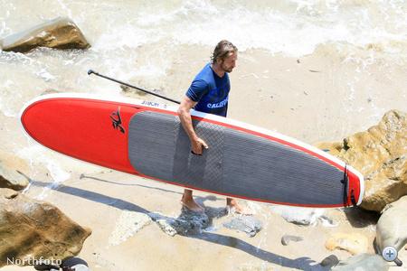 Gerard Butler szörfözni indul