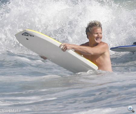 Gordon Ramsay főzés helyett most a szörfözést választotta