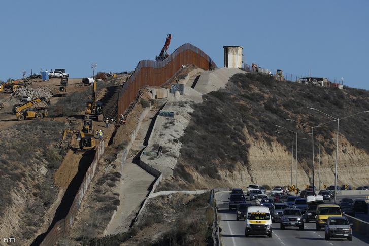 A munkások új szerkezeti elemmel bővítik az Egyesült Államokat Mexikótól elválasztó határkerítést Tijuana városban 2018. december 8-án.