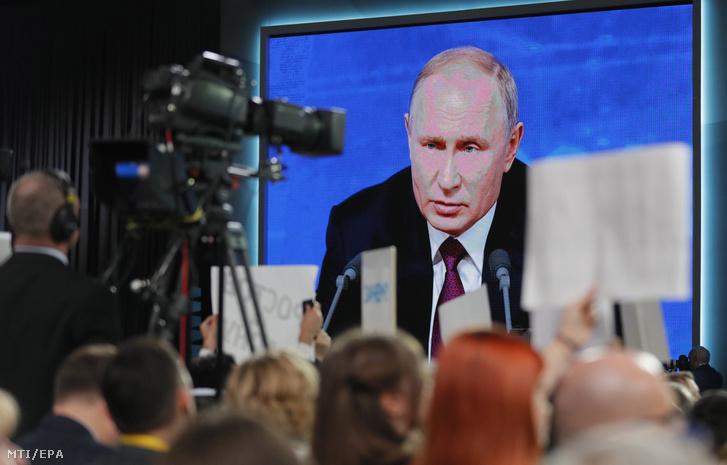 Vlagyimir Putyin orosz elnök a kivetítőn a hagyományos évzáró sajtóértekezletén a moszkvai Világkereskedelmi Központban 2018. december 20-án. Putyin 14. alkalommal tartott év végi sajtótájékoztatójára idén rekordszámú, 1702 hazai és külföldi újságíró akkreditált.