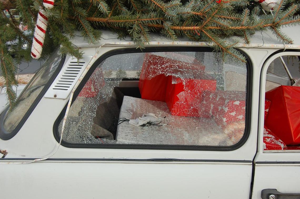 A 2018-as évnek már az első napjai nagyon erősen indultak rendőrfotók szempontjából. Ez az értelmetlen rongálás megható fotókat eredményezett. A 27 éves M. Péternél a kábítószer valamiért mélységes dühöt váltott ki a csornai körforgalomba kihelyezett dekorációs Trabant iránt, pedig nem ezzel a céllal rakták oda. Pétert annyira dühbe hozta, hogy kétszer is bántotta szegény autót. Először egy szerszámmal verte be az ablakát január 2-án, aztán két nappal később megpróbálta eltolni a helyéről a kocsit. Arról nem szólt a rendőrségi hír, hogy nem azért akarta-e eltolni a Trabantot, hogy megjavítsa az ablakát, de nem elképzelhetetlen, hogy a bíróságon ezzel védekezett az úriember.