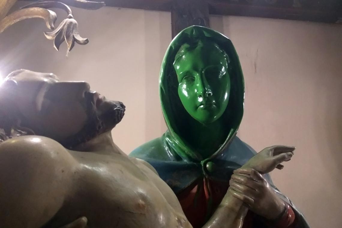 Az év egyik legarcpirítóbb képe a Fájdalmas Szűz Mária zöldre festése után készült. Nem is illene nevetni rajta vallásos tartalma miatt, csakhogy a történet happy enddel végződött. Ahogy a Baon megírta, a vandál tett jó eredményre vezetett, mert amikor a rongálás miatt a restaurátor megvizsgálta a szobrot, kiderült, hogy már rég restaurálásra szorult volna, és így legalább tényleg elvégezték rajta a felújítását. A 100 éves faszobrot egy 47 éves, jánoshalmai férfi pingálta ki. A férfi ellen vádat emeltek rongálás miatt.