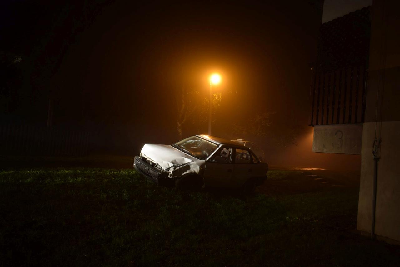 """A """"Félelem és reszketés Sopronban"""" című képet a művészi megvilágítása miatt válogattuk be, Tarr Béla megirigyelné, de a hozzá tartozó történet sem semmi. Két férfi részegen, bedrogozva ellopta ezt az autót, amivel elütötték azt a két soproni polgárőrt, akiknek gyanús lett az autótolvajok viselkedése. A polgárőrök elől menekülve a bemindenezett pancserek parkoló autóknak és több fának nekimentek. Az utas annyira kiütötte magát, hogy az autóban találtak rá a rendőrök, de a szerencsi sofőr elmenekült a helyszínről, a rendőrség a hír kiadásakor még mindig kereste. Főleg, mert jogosítványa sem volt."""
