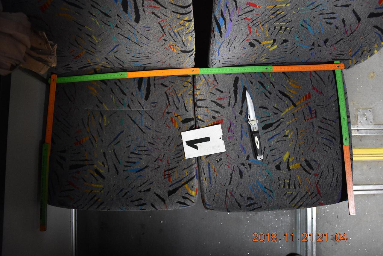 Hiába, ez a 90-es évek buszüléshuzat-dizájn még mindig üt. Itt egy garázdaság háttereként szerepel a Nógrád megyei busz vidám színkavalkádjában. Egy dejtári férfi ezen a szép buszon akart a haragosával leszámolni, de szerencsére csak a kabátját vágta meg késsel, és csak a kés nyelével ütötte. Így nem rondította el vérfolt a vidám képet. A színes colstokok pedig újabb magaslatokba emelték.