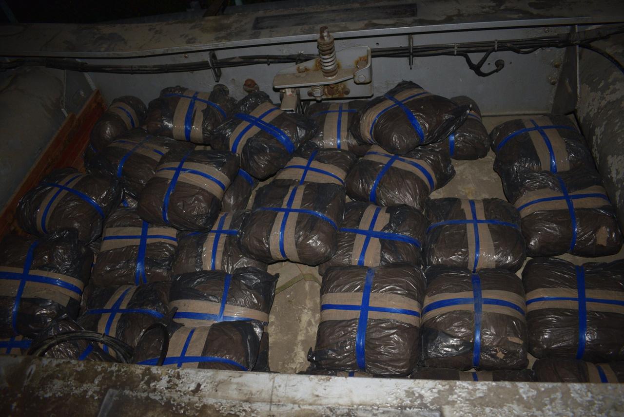 Így néz ki 140 millió forint értékű kábítószer egy kocsi alvázában. Nem túl szép. Ezt igazából csak a kék szalagok miatt tettük ide.