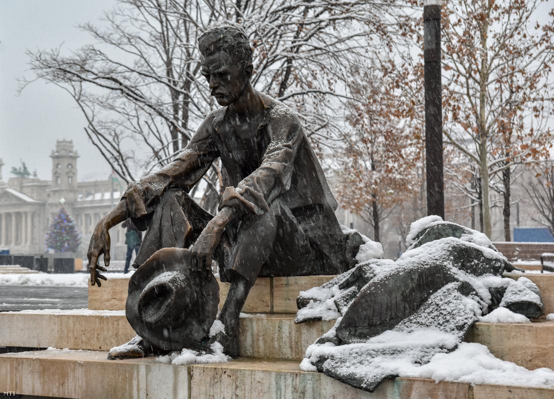 A Dunánál elnevezésű, József Attila emlékmű a Kossuth Lajos tér déli oldalán