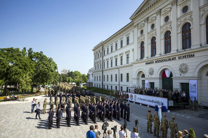 Résztvevők a Ludovika Fesztiválon, a honvédtisztavatást megelőző, úgynevezett száznapos ünnepség egyik központi programján a Nemzeti Közszolgálati Egyetem (NKE) épülete előtti Ludovika téren 2018. május 12-én