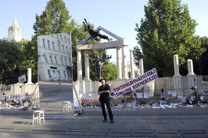Párkányi Raab Péter szobrászművész A német megszállás áldozatainak emlékműve című alkotása előtt a budapesti Szabadság téren 2014. július 26-án
