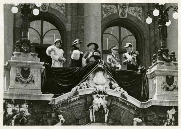 Az olasz királyi pár és leányuk Horthy Miklós és felesége társaságában a királyi Vár erkélyén 1937-ben
