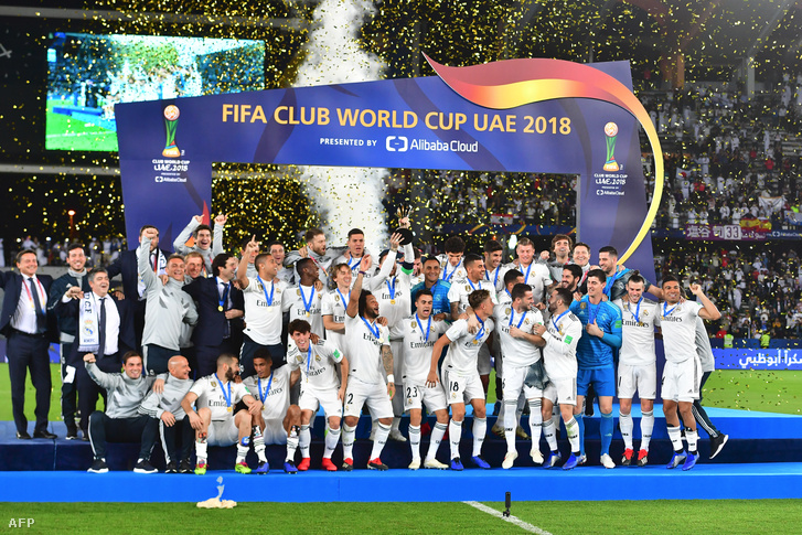 A Reál játékosai ünnepelnek, miután megnyerték a labdarúgó klubvilágbajnokságot 2018. december 22-én