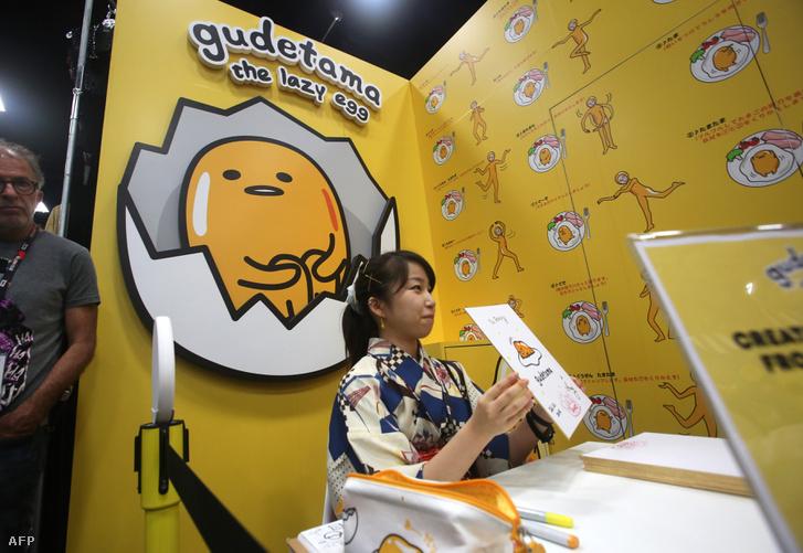Amy, a japán művész, aki Gudetamát, a lusta tojás karakterét rajzolta a San Diego-i Nemzetközi Képregény-találkozón 2016-ban