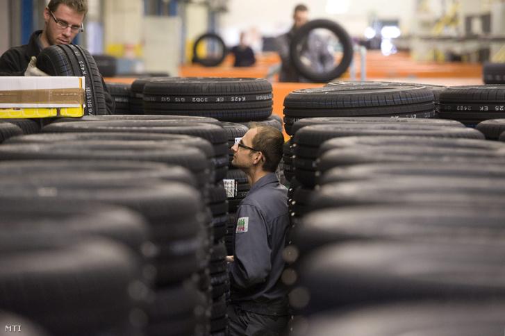 Munkások az elkészült gumiabroncsokat osztályozzák a Hankook rácalmási gumigyárában