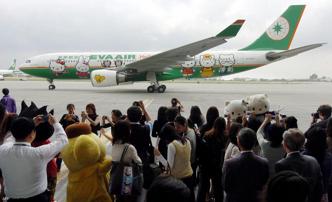 A Hello Kitty dekorációval ellátott Fukuoka-Tajpej repülőgépjárat sajtóbemutatója a Taojüan nemzetközi repülőtéren, Tajvanon 2006-ban