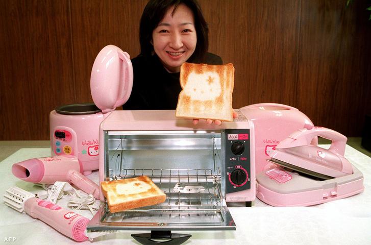 Jukari Mijashita a Sanyo Electric kommunikációs vezetője a Hello Kitty-termékeivel pózol
