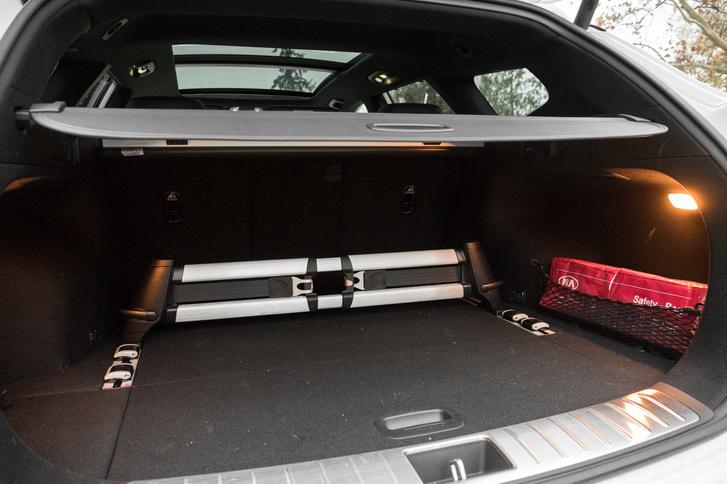 A csomagtartó jól variálható a beépített, mozgatható rögzítőrendszerrel. Alaphelyzetben 552 literes, ledöntött hátsó ülésekkel több mint 1686 literes