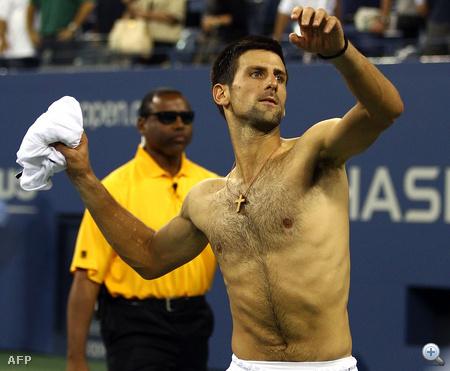 Novak Djokovics bedobja a pólóját a közönségnek