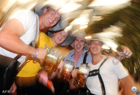 Négy fiatalember Münchenben, a frissen megnyílt Oktoberfesten