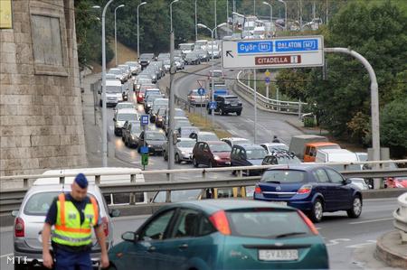 Az Erzsébet híd budai lehajtójánál három autó egymásba csúszott