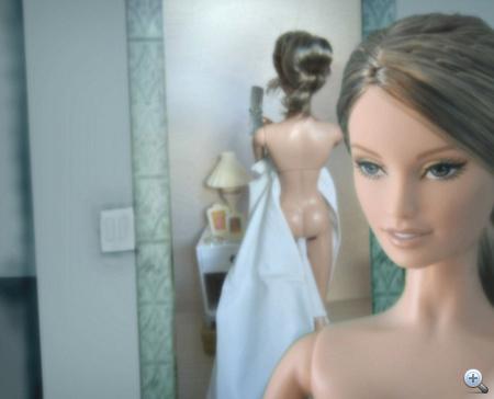 És Barbie-t is megihlette a színésznő pucér képe.