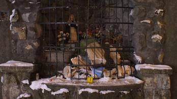 Összedőlt a Szűz Mária szobor, mert arra támaszkodva próbálta megszerezni az aprópénzt