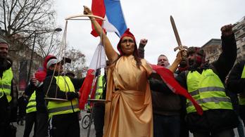 Eljátszották Macron lefejezését a sárgamellényes tüntetésen