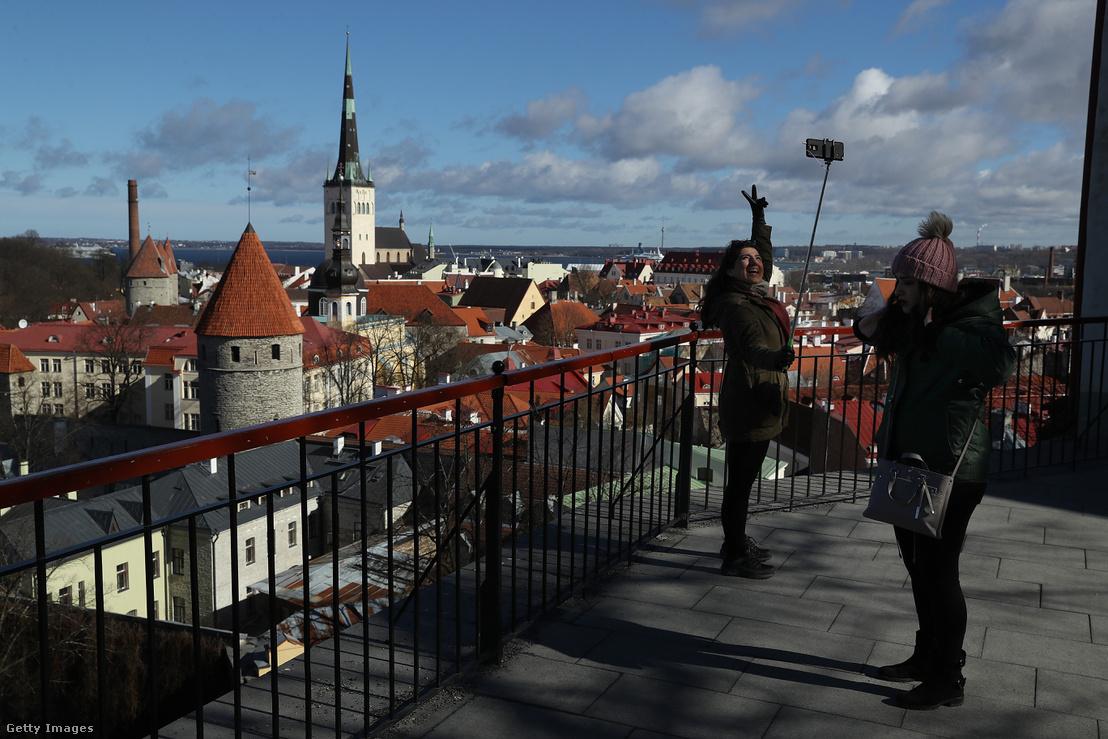 Turisták Tallinn történelmi belvárosában