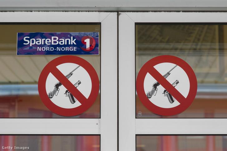 Egy bank bejárata Longyearbyenben.