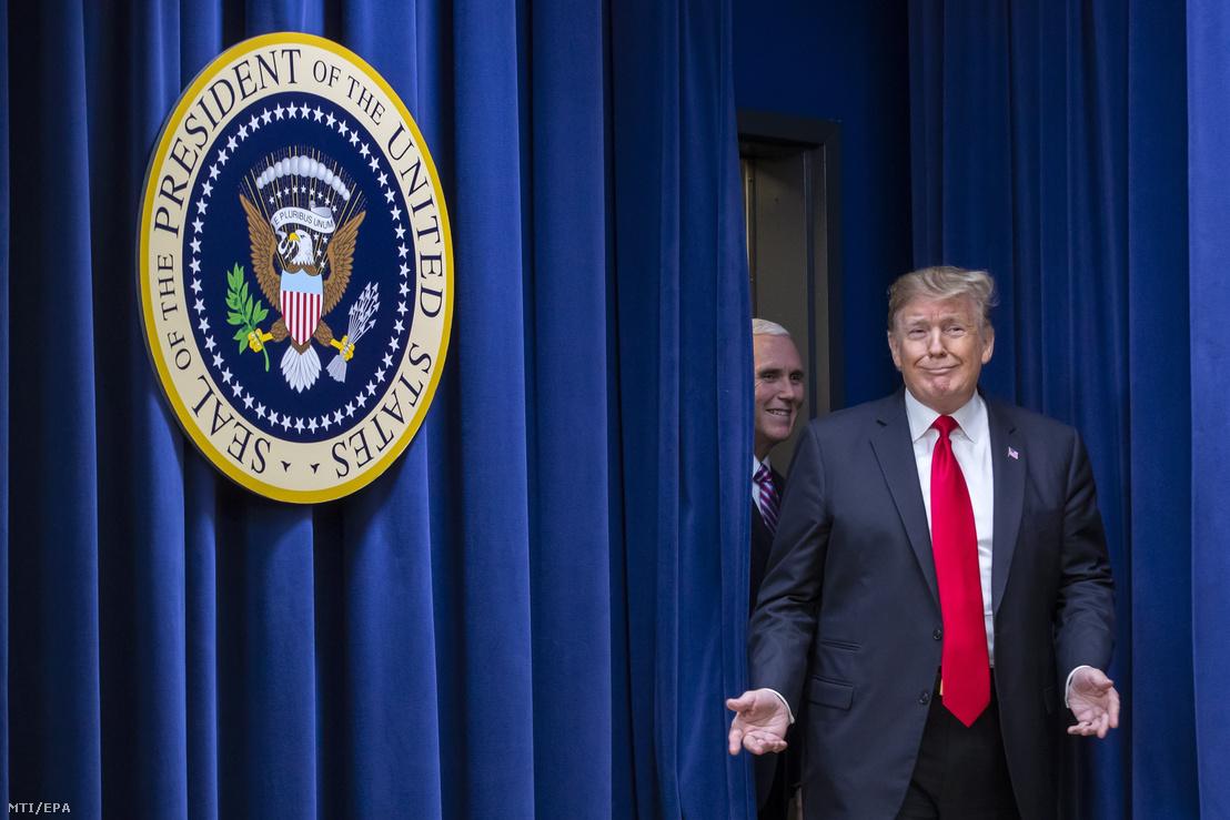 Donald Trump amerikai elnök és Mike Pence alelnök érkezik a washingtoni Fehér Házban 2018. december 20-án.