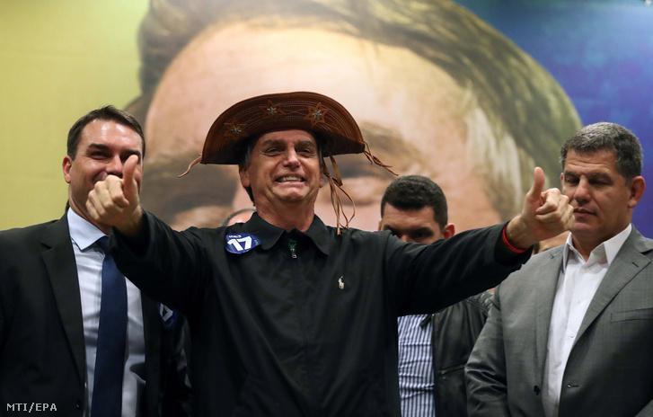 Jair Bolsonaro a radikális jobboldali Szociálliberális Párt elnökjelöltje egy Rio de Janeiró-i kampányrendezvényen 2018. október 11-én.