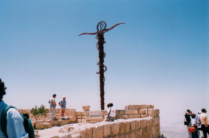 A Nébó-hegy szimbolikus keresztje, állítólag itt is temették el Mózest