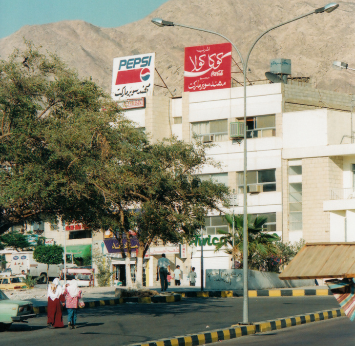 Irtózatos márkák közötti harc a jordániai utcákon (a plakátokat kell nézni)