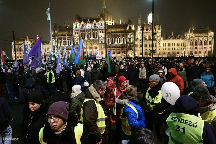 A túlóratörvény ellen tüntetők a Kossuth téren 2018. december 21-én
