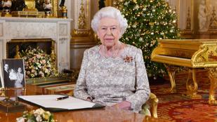 A nap képe: na kinek a fotója mellől kíván boldog karácsonyt II. Erzsébet?