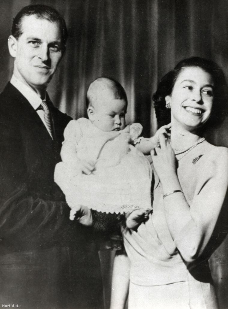 II. Erzsébet királynő és Fülöp herceg a még kisbaba Károly herceget mutatja meg a fotósnak.