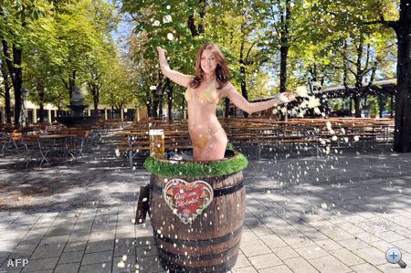 Ő egy 2011-es német playmate, Katharina Wyrwich: egy söröshordóban reklámozza a fesztivált.